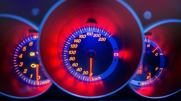 スポーツカーのスピードメーターのクローズアップ