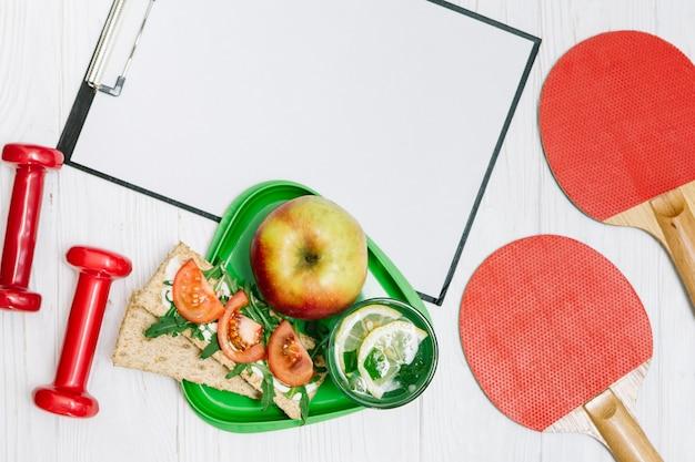 건강 식품이있는 스포츠 장비 및 용기