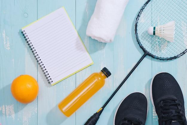 Спортивное оборудование и обувь на деревянных фоне