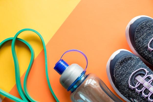 스포츠 장비, 파란색 운동화, 줄넘기 및 물병. 건강한 라이프 스타일, 피트니스 개념.