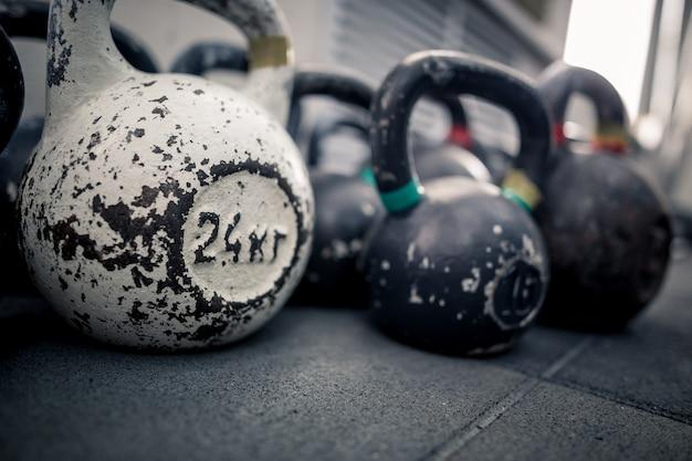 ジムのスポーツ用品。床にケトルベル。フィットネストレーニング