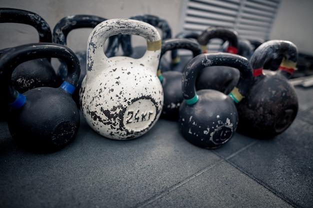 ジムのスポーツ用品。床にケトルベル。フィットネストレーニング Premium写真