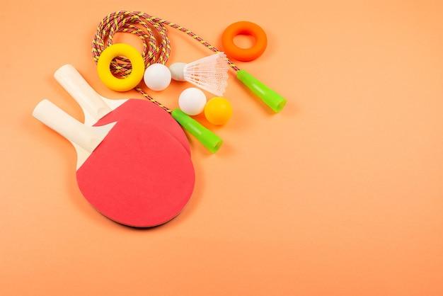 Спортивное оборудование на оранжевом фоне