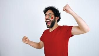 ポルトガルの旗を掲げたスポーツファンは、チームの勝利のために叫んでいた。