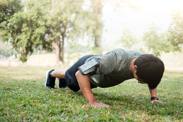 Спортивный фитнес человек отжиманий.