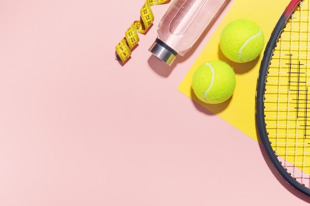 スポーツフラットレイアウトの背景にピンク