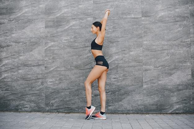 都市のスポーツ少女