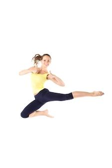 스포츠 소녀 점프에 고립 된 흰색 배경. 피트니스와 건강한 라이프 스타일.