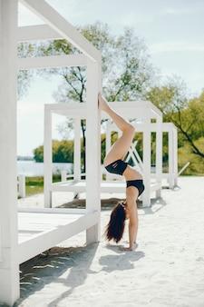 ビーチのスポーツ少女
