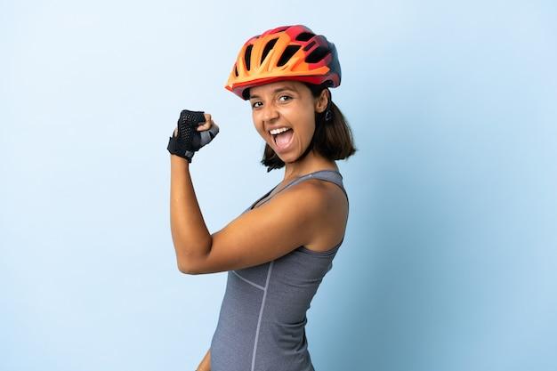 격리 된 배경 위에 스포츠 소녀 프리미엄 사진