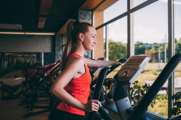 스포츠 소녀 궤도 체육관 바디 피트니스 개념을 실행합니다. 하드 심장 운동. 목표 달성을위한 모든 것.