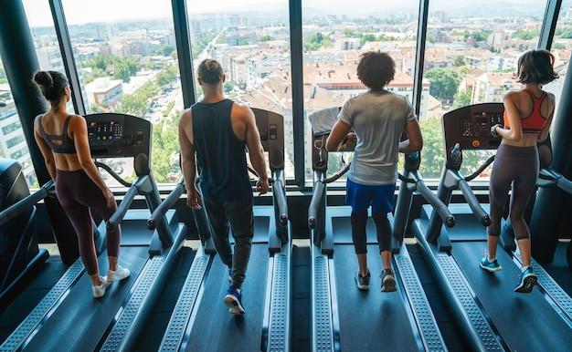 스포츠 체육관 생활 방식 운동과 사람들의 개념입니다. 체육관에서 운동하는 행복한 사람들