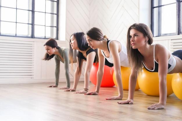 Спорт в помещении, фитнес в тренажерном зале, фитнес в тренажерном зале