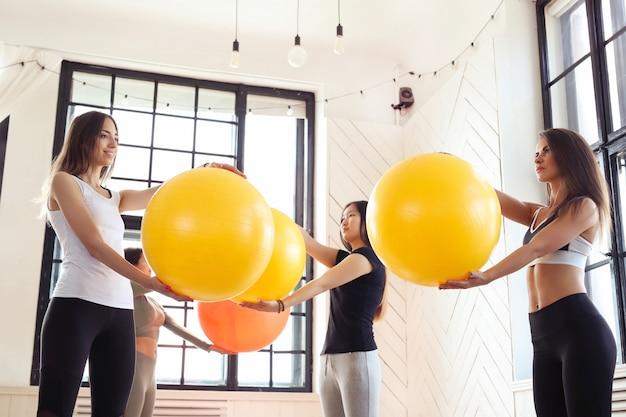 Спорт в помещении, фитнес в тренажерном зале