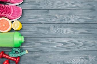 ジューシーな果物と一緒に横たわるスポーツキット
