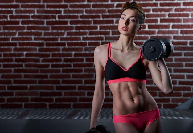 스포츠 생활. 자신감이 젊은 맞는 여자의 초상화