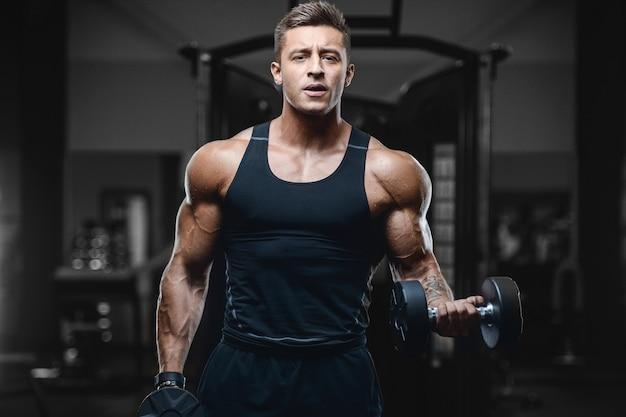 체육관에서 운동을하는 스포츠 근육질의 피트 니스 남자