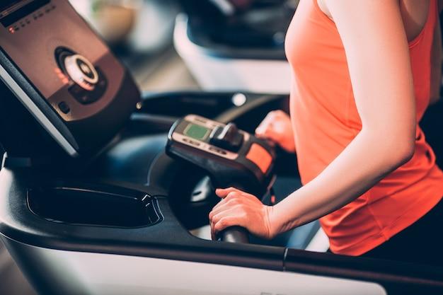 스포츠 orbitrek 실행 체육관 건강 관리 개념입니다. 하드 심장 운동. 목표 달성을위한 모든 것.