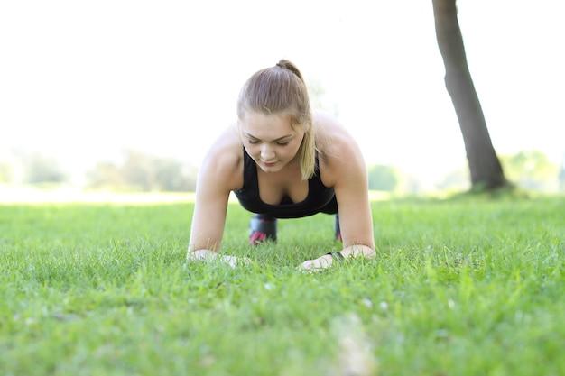 Спорт на открытом воздухе, бег девушки, бег трусцой