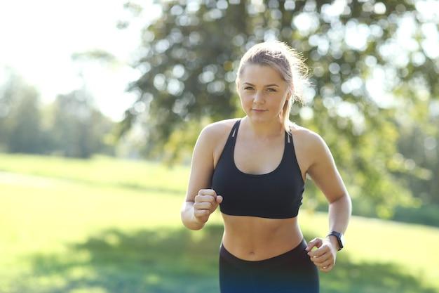 Sport all'aperto, jogging ragazza, jogging ragazza