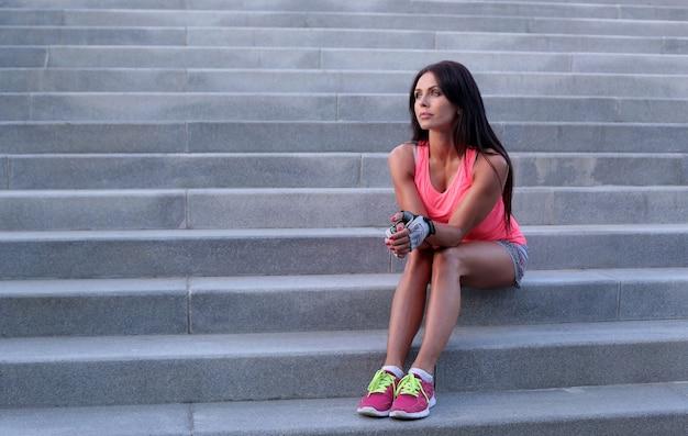 スポーツアウトドア、階段の上の女性