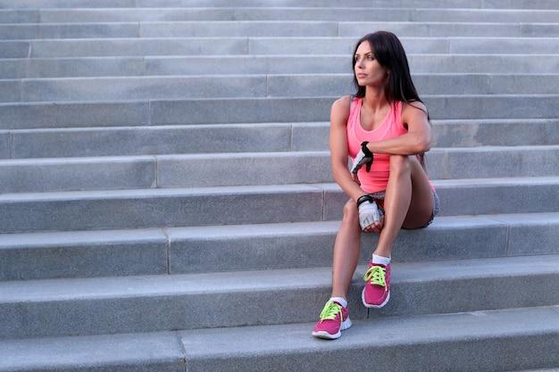 야외 스포츠, 계단에 여자