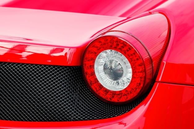 Спортивный красный автомобиль