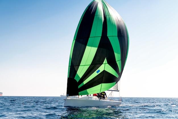 縞模様の帆を備えたスポーツ帆船