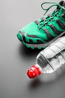 スポーツシューズとボトル入り飲料水