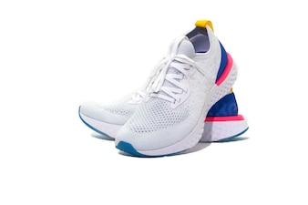 Спортивная обувь на белом фоне
