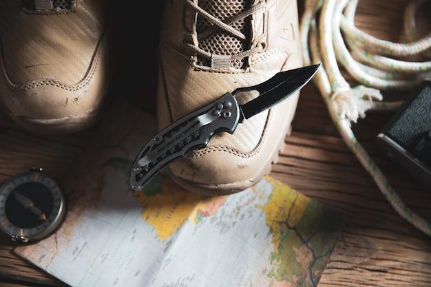 나이프와 나침반지도에 스포츠 신발