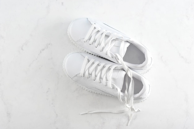 Спортивные белые кроссовки на белом
