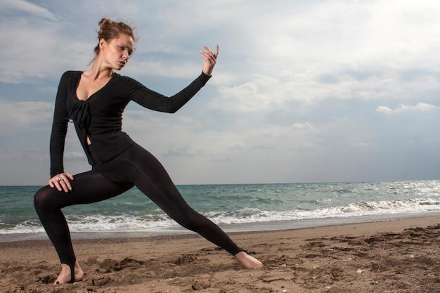 ビーチでのスポーツの女性