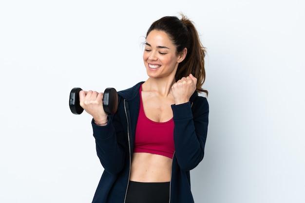 Женщина спорта делая поднятие тяжестей над изолированной белизной празднуя победу