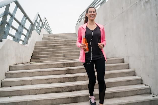 階段の上を走っているスポーツの女性。