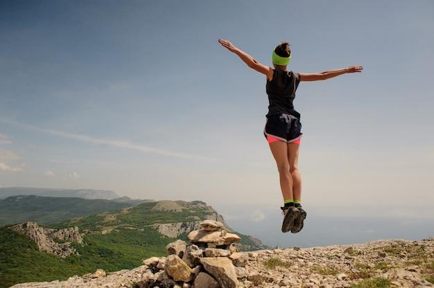 スポーツ女性旅行者。旅行者が跳ね上がる