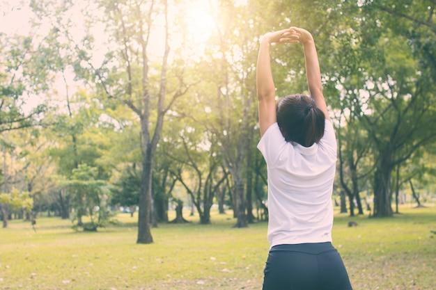 아침에 공원에서 스포츠 여자 웜, 운동 및 운동 개념