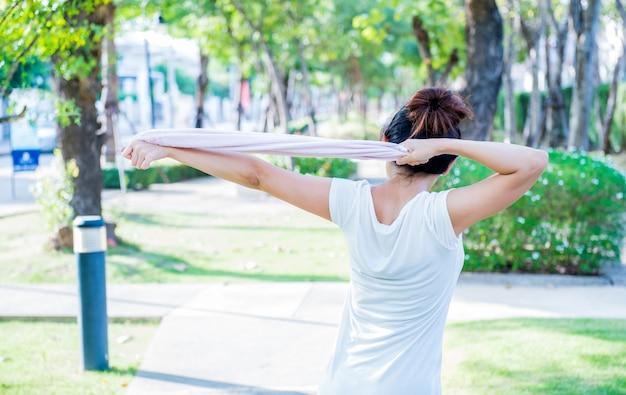 Спорт женщины занимаются спортом в саду для здоровья