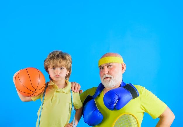 Спортивный дедушка и ребенок, спортивная спортивная игра, семейная тренировка вместе, семейный спортивный портрет
