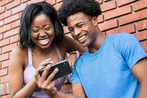 スマートフォンを使用してスポーティーなカップル