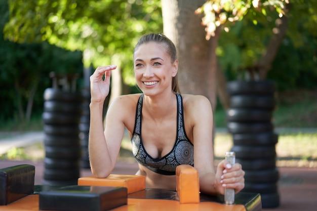 낚시를 좋아하는 여성 팔 씨름 야외 체육관 여름 공원
