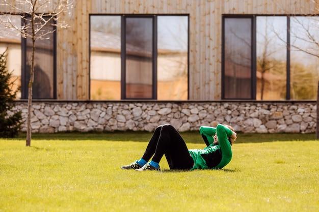야외 잔디밭에 복근을하고 낚시를 좋아하는 사람 집에서 뒷마당에서 아침에 운동하는 적극적인 사람