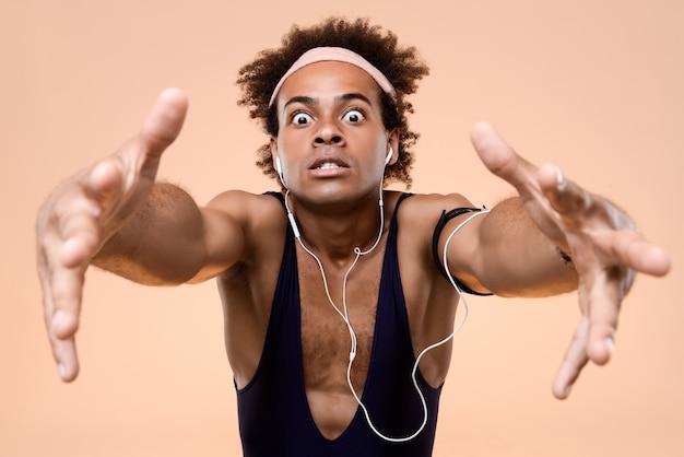 Sportive человек слушает музыку носить наушники