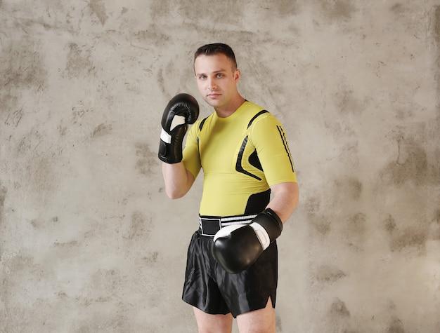 ボクシングのテクニックを示すスポーティーな男