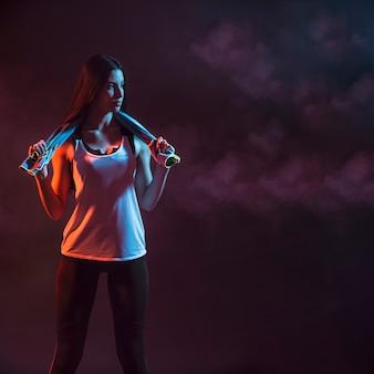 Спортивная модель с полотенцем в темноте