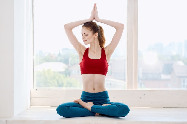 スポーツの女性はヨガのトレーニング瞑想を行使します