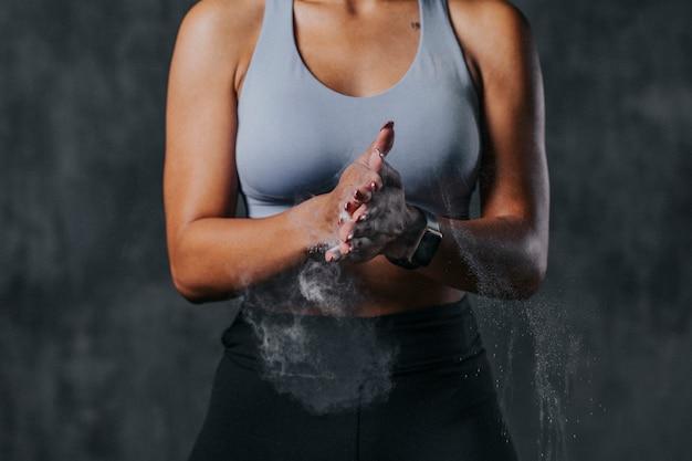 Спортивная женщина готовится к тренировке