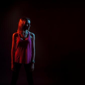 暗いネオンライトで釣りっぽい女性
