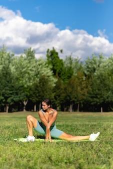 운동복을 입은 낚시를 좋아하는 여성이 공원에서 운동을 하고 있습니다. 스포츠 및 레크리에이션 개념입니다. 건강한 생활