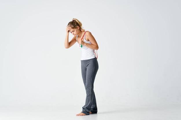 手フィットネストレーニングでロープをジャンプするスポーティーな女性